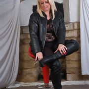 Curvy chick loves to show off her big billibongs and leather outfits