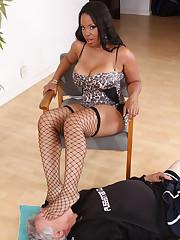 A facesitting slave likes it