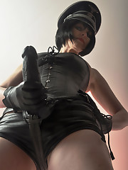 The leather mistress with strapon