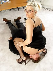 Mature hottie teaches her sub behaving sitting on his face