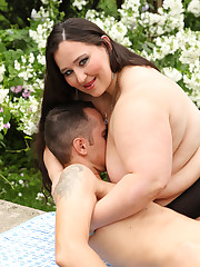 Outdoor face sitting with 120 kg big beautiful woman domme