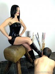 A latex domina got her feet worshipped