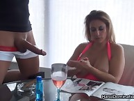 Hot mamma makes CFNM handjob