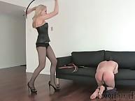 Bodacious lady lowers a naked man